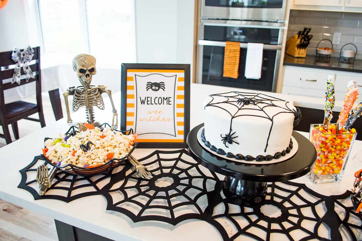 Spider Halloween Party cake and popcorn